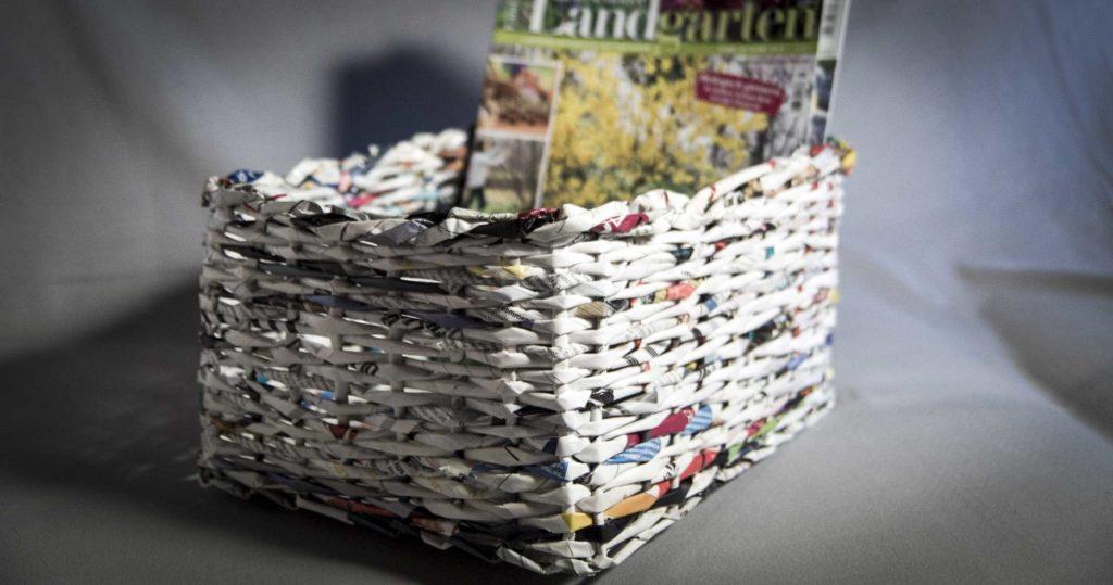 zeitungsst nder korb aus papier upcycling. Black Bedroom Furniture Sets. Home Design Ideas