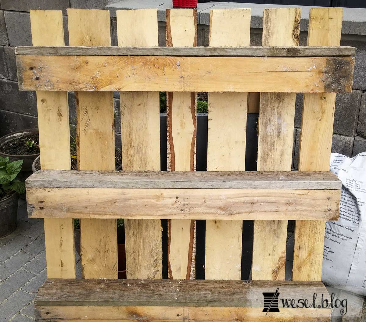 anleitung blumenkasten aus paletten paletten upcycling. Black Bedroom Furniture Sets. Home Design Ideas